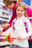 Rifornimenti di scuola d'acquisto della famiglia in cartoleria Fotografie Stock
