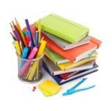 Rifornimenti di scuola e dell'ufficio a fondo bianco immagine stock
