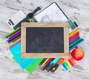 Rifornimenti di scuola e della lavagna Fotografie Stock Libere da Diritti