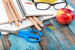 Rifornimenti di scuola o dell'ufficio sulle plance di legno Fotografia Stock