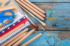 Rifornimenti di scuola o dell'ufficio sulle plance di legno Immagine Stock Libera da Diritti