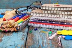 Rifornimenti di scuola o dell'ufficio sulle plance di legno Fotografia Stock Libera da Diritti