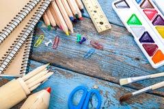 Rifornimenti di scuola o dell'ufficio sulle plance di legno Immagini Stock