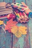 Rifornimenti di scuola o dell'ufficio sulle plance di legno dipinte in blu Fotografia Stock Libera da Diritti