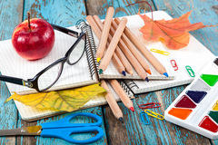 Rifornimenti di scuola o dell'ufficio sulle plance di legno dipinte in blu Immagine Stock Libera da Diritti