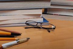 Rifornimenti di scuola su desck Fotografia Stock Libera da Diritti