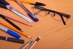 Rifornimenti di scuola su desck Immagine Stock Libera da Diritti