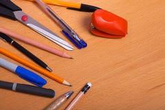 Rifornimenti di scuola su desck Immagini Stock