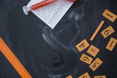 Rifornimenti di scuola su una lavagna Fotografie Stock
