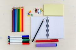 Rifornimenti di scuola su una tavola Immagini Stock Libere da Diritti