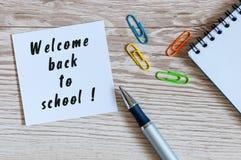Rifornimenti di scuola sul fondo del posto di lavoro dell'allievo o dell'insegnante Benvenuto indietro Concetto educativo Immagini Stock Libere da Diritti