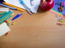 Rifornimenti di scuola sulla tavola Fotografia Stock Libera da Diritti