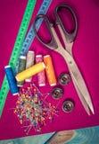 Rifornimenti ed accessori per il cucito - forbici, fili, perni, bottoni, centimetro fotografia stock