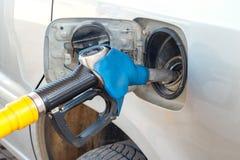 Rifornimento della benzina di combustibile dell'automobile, serbatoio di combustibile della benzina della pistola, primo piano fotografia stock