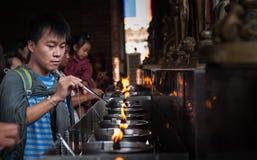 Rifornimento della lampada di combustibile a Wat Yai Chai Mongkol fotografia stock