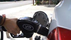 Rifornimento di carburante dell'automobile con benzina senza piombo archivi video