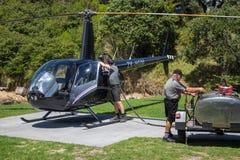 Rifornimento di carburante dell'elicottero di Robinson R44 Raven II Fotografie Stock Libere da Diritti