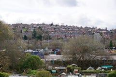 Rifornire--Trent sulle case sulla collina Immagine Stock