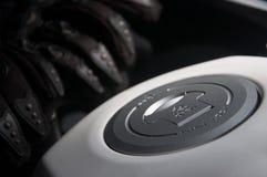 rifornisca i guanti di combustibile del motociclo e del cappuccio su un serbatoio di combustibile del motociclo Fotografia Stock