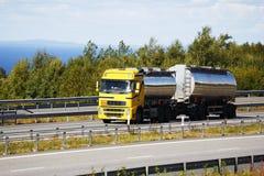 Rifornisca l'autocisterna di combustibile sul movimento, sul petrolio e sul combustibile Immagine Stock