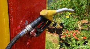 Rifornisca l'erogatore di combustibile ad una pompa della stazione di benzina nella stazione dell'olio Fotografia Stock