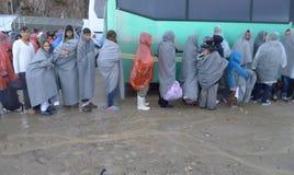 Rifugiati che aspettano nella linea il bus Lesvos Grecia Fotografie Stock Libere da Diritti