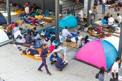Rifugiati e migranti incagliati al Keleti Trainstation in germoglio Immagini Stock Libere da Diritti
