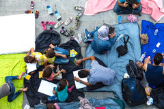 Rifugiati e migranti incagliati al Keleti Trainstation in germoglio Immagine Stock
