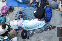 Rifugiati e migranti incagliati al Keleti Trainstation in germoglio Fotografie Stock