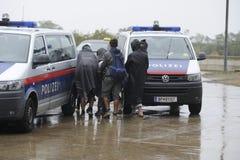 Rifugiati in Nickelsdorf, Austria immagine stock
