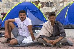 Rifugiati non identificati di guerra vicino alle tende Più mezzi sono i migranti dalla Siria Immagini Stock