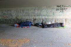 Rifugiati senza tetto che dormono in sacchi a pelo Fotografie Stock Libere da Diritti