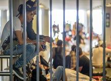 Rifugiati siriani alla stazione ferroviaria di Keleti a Budapest Fotografia Stock Libera da Diritti