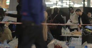 Rifugiati siriani che prendono alimento donato da Copenhaghen video d archivio