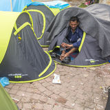 Rifugiato di guerra vicino alle tende Più mezzi sono i migranti dalla Siria, ma ci sono rifugiati da altri paesi Fotografie Stock Libere da Diritti