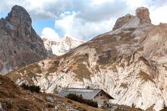 Rifugio alto en las montañas de las dolomías Fotografía de archivo
