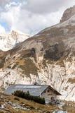 Rifugio alto en las montañas de las dolomías Imagenes de archivo