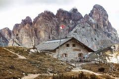 Rifugio alto nas montanhas das dolomites foto de stock