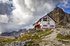 Rifugio alto nas montanhas das dolomites fotografia de stock royalty free