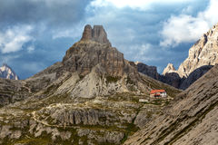 Rifugio alto nas montanhas das dolomites fotografia de stock
