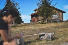 Rifugio della montagna nel paesaggio di autunno fotografie stock libere da diritti