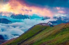 Rifugio della montagna nella valle nebbiosa di Val di Fassa Fotografia Stock Libera da Diritti