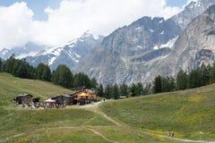 Rifugio di Maison Vieille della La ed il lato sud del massiccio di Mont Blanc nell'estate Immagine Stock