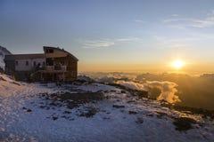 Rifugio di Tete Rousse al tramonto nelle alpi francesi Fotografie Stock