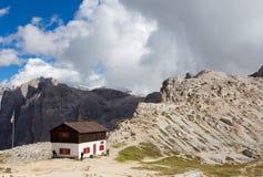 Rifugio hoch an den Dolomitbergen Stockfotografie