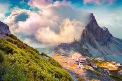 Rifugio Lacatelli en parc national Tre Cime di Lavaredo Photographie stock libre de droits