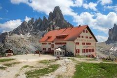 Rifugio Locatelli和Tre Cime di Lavaredo,白云岩,意大利 免版税图库摄影