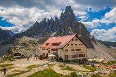 Rifugio Locatelli Drei Zinnen Naturalnego parka Włoscy dolomity na oszałamiająco pięknym dniu w wczesnym lecie obraz stock