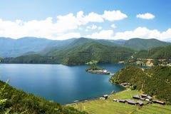 Rig Island Lugu sjö, Lijiang, Yunnan royaltyfri bild