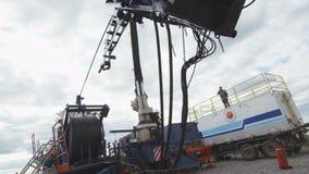 Rig Placed di perforazione sulla piattaforma sotto il cielo nuvoloso video d archivio